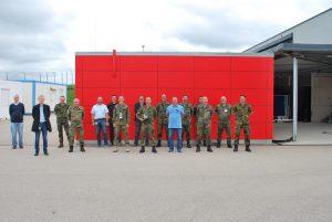 Die beteiligten Teilnehmer nach der erfolgreichen Nachweisführung vor dem modernen PATRIOT Testbed an der Test- und Referenzanlage (TuRA) der Fa. MBDA in Freinhausen (Quelle: Firma MBDA)